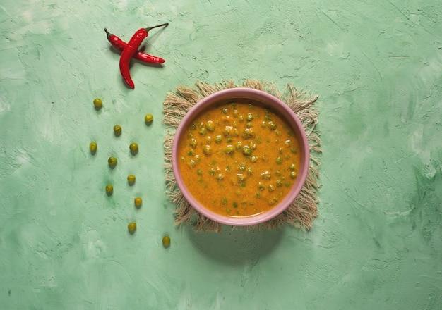 Curry z zielonym groszkiem. pendżabski, kuchnia północnoindyjska.
