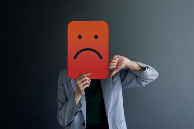 Customer experience lub human emotional concept. zły czuć twarz z kciukiem w dół