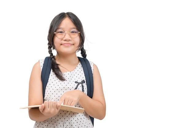 Cute asian girl student nosić okulary i trzymać książkę na białym tle na białym tle, koncepcja edukacji