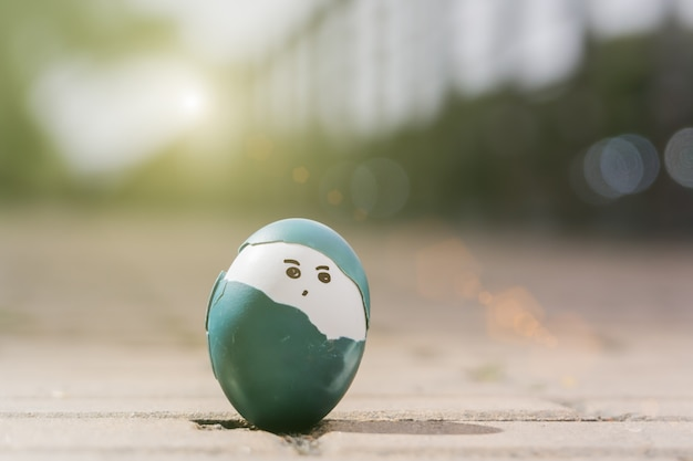 Cute boy organicznych jaja wielkanocne, wielkanoc koncepcji tła