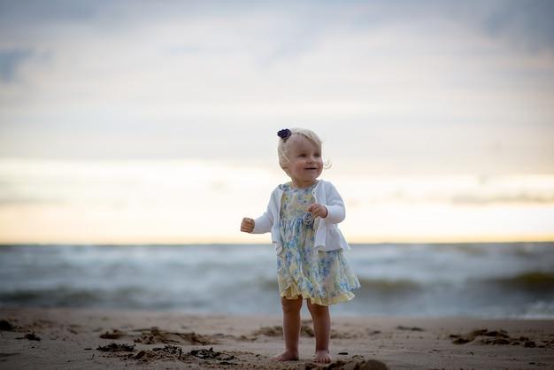 Cute dziewczynka na plaży