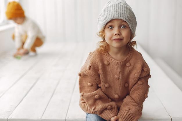 Cute dziewczynka siedzi