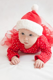 Cute dziewczynka w boże narodzenie kapelusz r. na futro mat