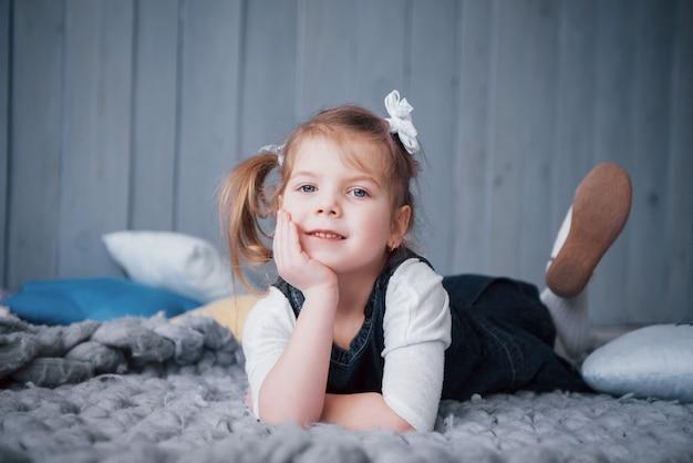 Cute dziewczynka w stroju księżniczki. ładne dziecko przygotowuje się na bal przebierańców