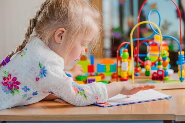 Cute dziewczynka za toddler z papierów