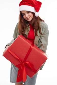 Cute girl christmas hat prezent w czerwonym pudełku