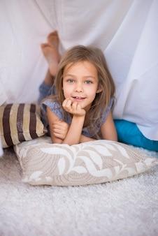 Cute girl odpoczynku w jej ręcznie robione schronienie