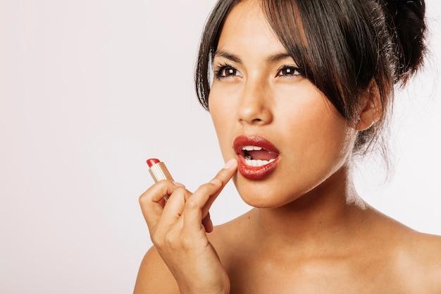 Cute kobieta z czerwonymi ustami
