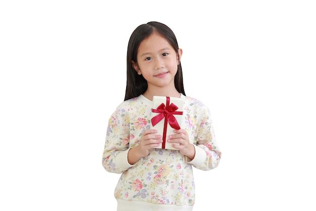 Cute little azjatyckie dziecko dziewczynka trzymając pudełko na białym tle. ze ścieżką przycinającą