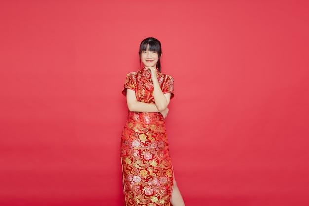Cute młoda kobieta azjatyckich nosić cheongsam z działaniem dla koncepcji chińskiego nowego roku