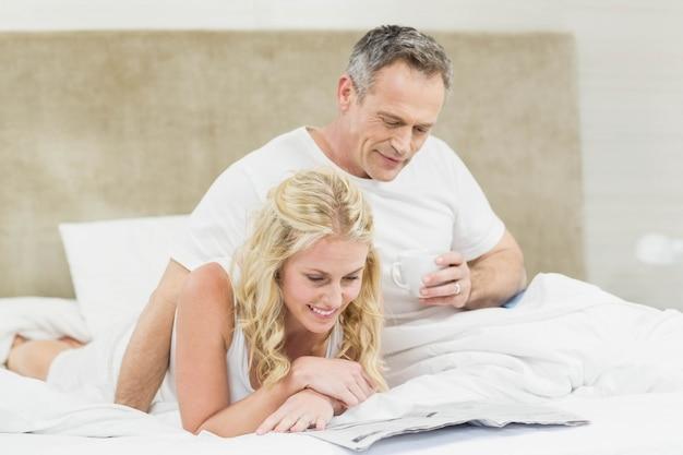 Cute para czyta wiadomości w swoim pokoju