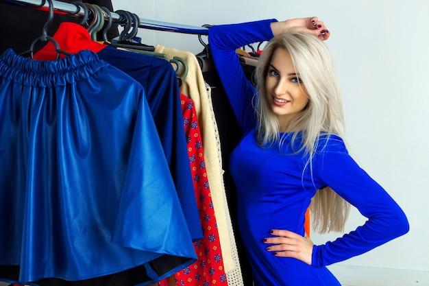 Cutie młoda blondynka gitl w sklepie odzieżowym