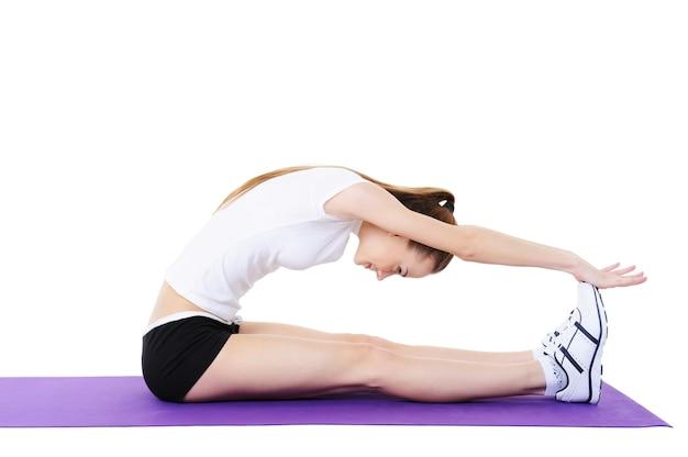 Ćwiczenia aerobowe na ciało młodej kobiety