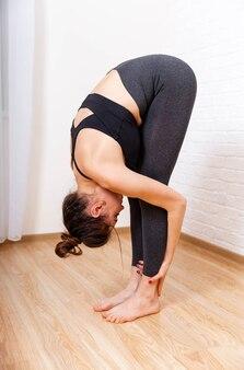 Ćwiczenia dla schudnąć młoda kobieta ćwicząca w domu