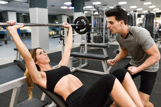 Ćwiczenia gimnastyczne młode dziewczyny osiągnięciem
