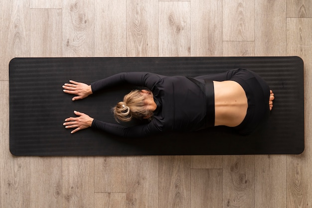 Ćwiczenia jogi kobieta widok z góry