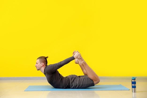 Ćwiczenia jogi na siłowni sportowy mężczyzna