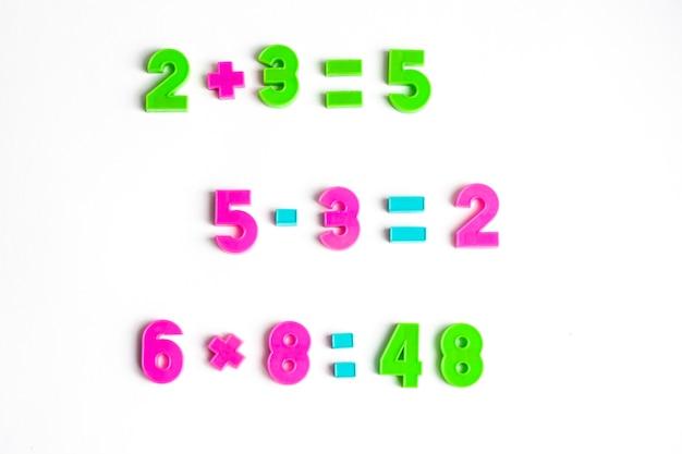 Ćwiczenia matematyczne na białym tle