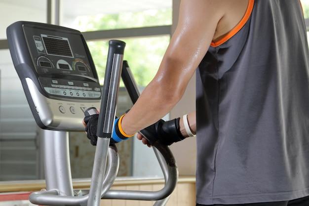 Ćwiczenia na siłowni, man walking na bieżni.