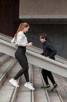 Ćwiczenia na świeżym powietrzu w odzieży sportowej