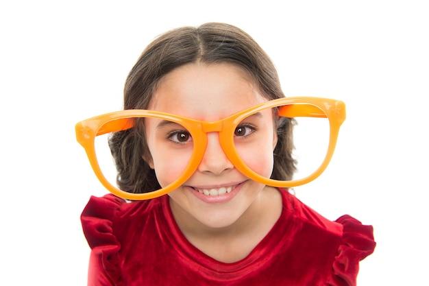Ćwiczenia oczu poprawiające wzrok. dziecko dziewczynka nosić duże okulary. wzrok i zdrowie. optyka i leczenie wzroku. skuteczne powiększanie oczu do ćwiczeń. dziecko zadowolone z dobrego wzroku. korekcja laserowa.