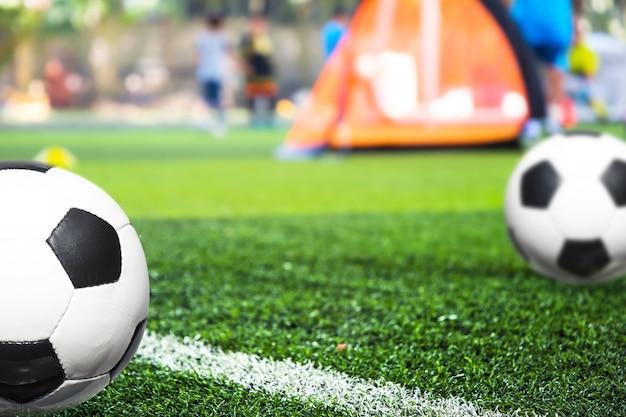 Ćwiczenia w piłce nożnej dla młodzieży ze stożkami.