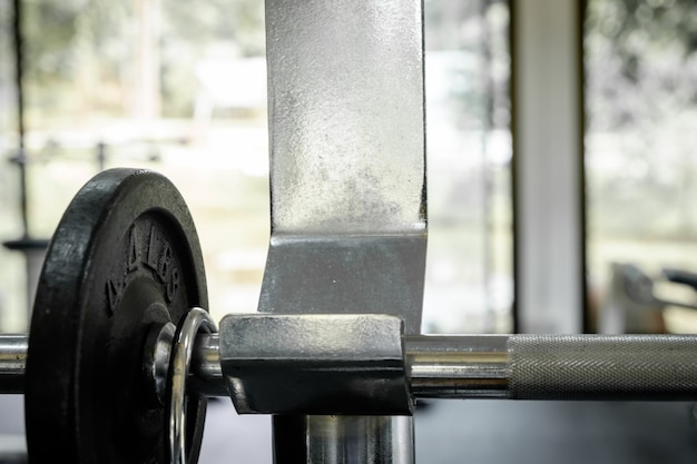 Ćwiczenia wagi - hantle żelaza z dodatkowymi płytami