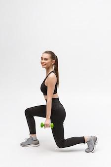 Ćwiczenie. kobieta sportowa w modzie odzież sportowa rozciąganie nóg.