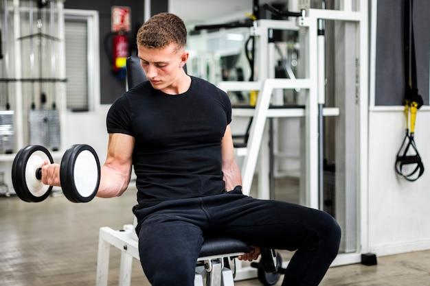 Ćwiczenie ramion pod dużym kątem z ciężarkami