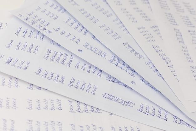 Ćwiczenie z gramatyki angielskiej na stole