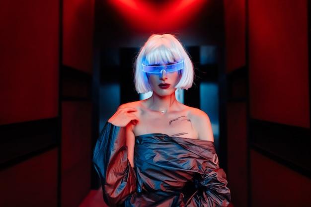 Cyberpunkowa blondynka w neonowych okularach.