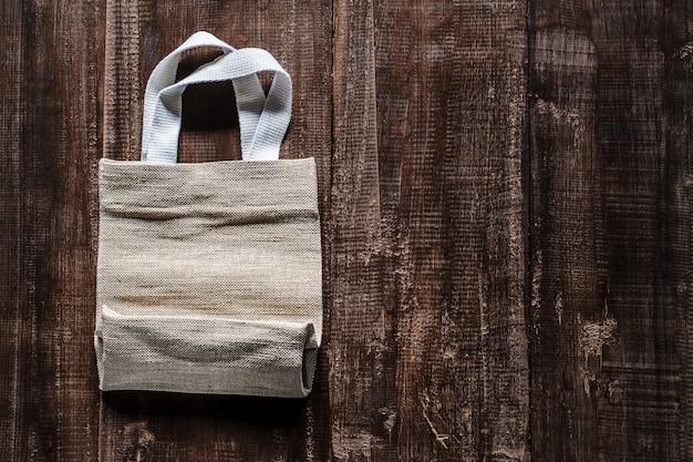 Cycowe torby na starym drewnianym stole