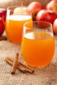 Cydr jabłkowy z laskami cynamonu