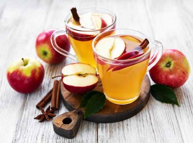 Cydr jabłkowy z paluszkami cynamonu