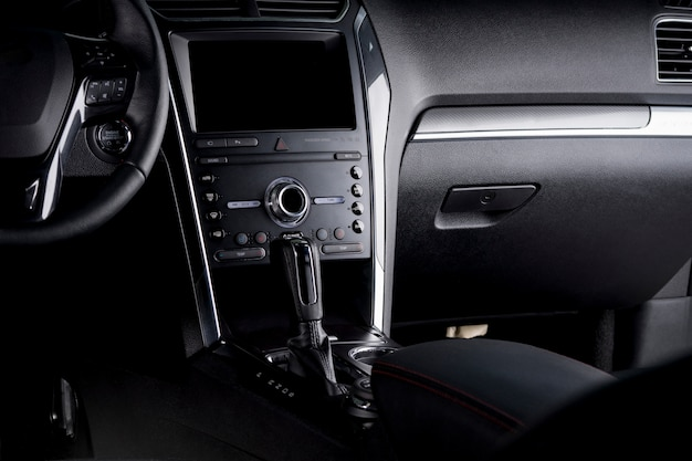Cyfrowa deska rozdzielcza samochodu - kierownica, automatyczna skrzynia biegów i ekran dotykowy w kokpicie