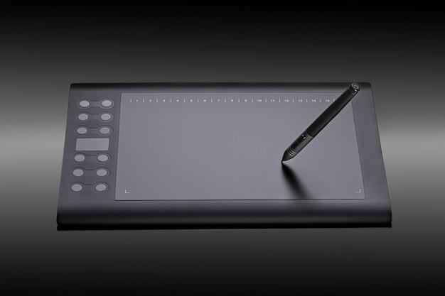 Cyfrowa graficzna pastylka z piórem na czarnym tle
