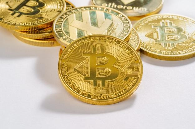 Cyfrowa koncepcja kryptowaluty bitcoin symbol złotych monet na białej podłodze