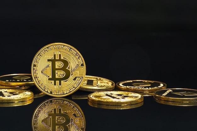 Cyfrowa koncepcja kryptowaluty bitcoin symbol złotych monet na czarnej podłodze