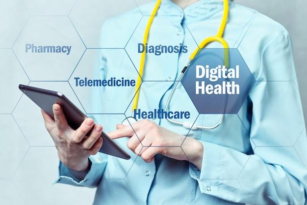 Cyfrowa koncepcja zdrowia z lekarzem i tabletem na tle.
