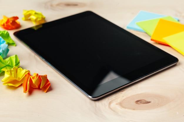 Cyfrowa pastylka na biuro stole