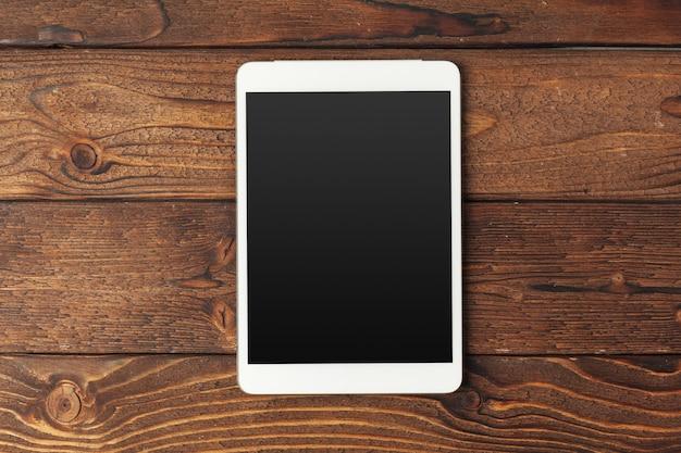 Cyfrowa tabletka na drewnianym stole