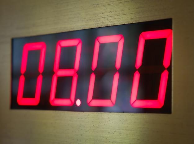 Cyfrowa tarcza zegara pokazuje godzinę 8 rano lub wieczorem.