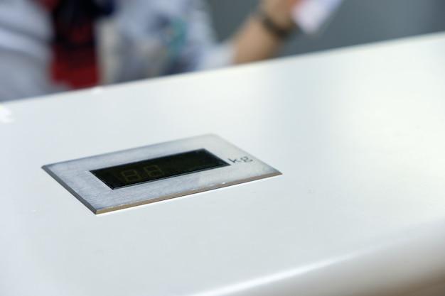 Cyfrowa waga barowa na pasku licznika na lotnisku odprawy