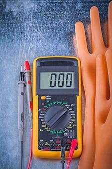 Cyfrowe multimetrowe dielektryczne gumowe rękawiczki na kruszcowej stołowej pionowo wersji, elektryczności pojęcie