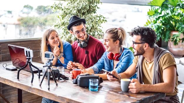 Cyfrowi natywni przyjaciele dzielą się kanałami na platformie streamingowej za pomocą telefonu i kamery internetowej