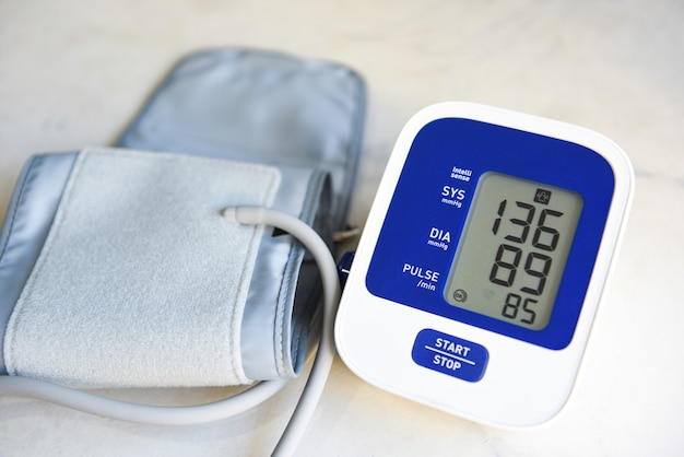 Cyfrowy ciśnieniomierz na drewnianym stole, medyczny tonometr elektroniczny do sprawdzania ciśnienia krwi