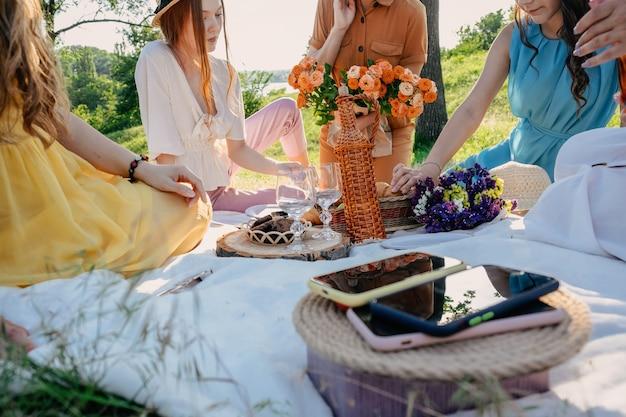 Cyfrowy czas detoksykacji przy odłączaniu od urządzeń elektronicznych telefonów komórkowych na koszu na pikniku