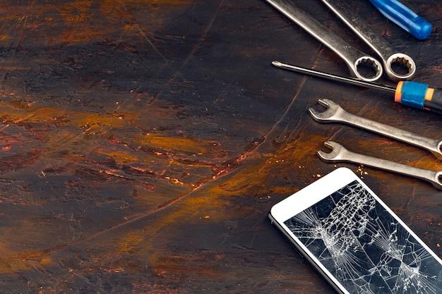 Cyfrowy gadżet z narzędziami. naprawianie smartfona