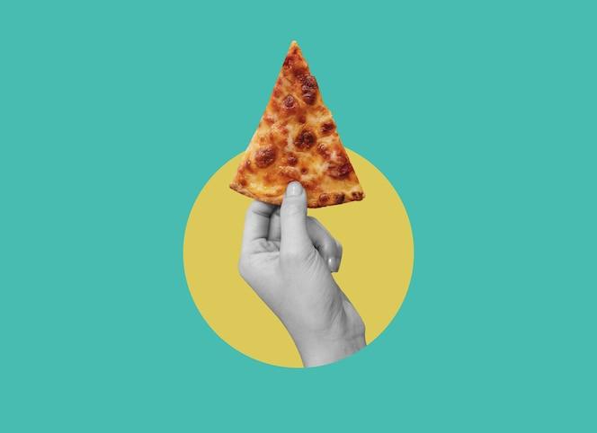 Cyfrowy kolaż sztuka współczesna ręka trzymająca kawałek pizzy z serem