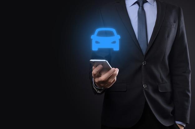 Cyfrowy kompozyt człowieka posiadającego ikonę samochodu. koncepcja ubezpieczenia samochodu i usług samochodowych. biznesmen z oferującym gestem i ikoną samochodu.